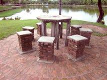 Le sedie di pietra ed intorno alla tavola otto Fotografie Stock Libere da Diritti