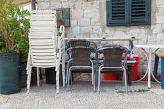 Le sedie di plastica hanno impilato su rotto e su inutilizzato Immagini Stock