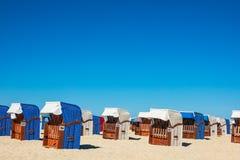 Le sedie di spiaggia sul Mar Baltico costeggiano in Warnemuende, Germania Fotografia Stock