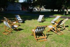 Le sedie di spiaggia sull'erba stanno aspettando un lavoro di 'brainstorming' Fotografia Stock