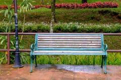 Le sedie sono situate nel parco, prendono un sedile Fotografie Stock Libere da Diritti