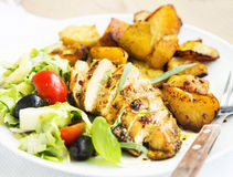 Le sein rôti de poulet avec les patates douces et garniture salade Images libres de droits
