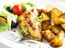 Le sein rôti de poulet avec les patates douces et garniture salade Photo libre de droits
