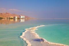 Le sel évaporé en mer morte Photographie stock libre de droits