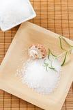 Le sel de Bath frottent avec le romarin aromatique Photographie stock libre de droits