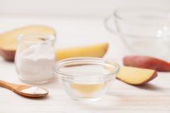 Le sel de mer, amidon dans le pot, a coupé les pommes de terre en tranches sur W Photographie stock