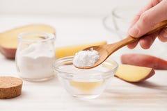 Le sel de mer, amidon dans le pot, a coupé les pommes de terre en tranches sur W Photo stock