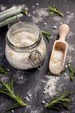 Le sel de mer avec le romarin et le zeste de citron sur l'ardoise noire embarquent Images stock