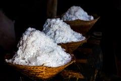 Le sel de mer est les paniers fabriqués à la main dedans Photos stock