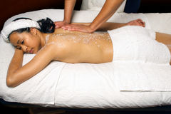 Le sel de mer frottent la demande de règlement de massage dans une configuration de station thermale. Photos libres de droits