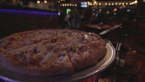 Le sel de pizza épice la cuisson banque de vidéos
