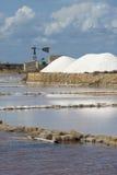 Le sel s'accumule près de Trapani en Sicile Images stock