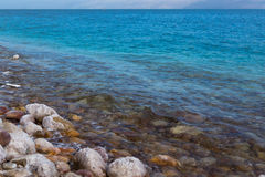 Le sel sur les pierres, le bord de la mer de la mer morte en Israël Photos libres de droits