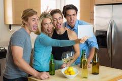 Le selfie drôle maladroit se pose à des personnes d'amis ensemble ayant l'amusement à une partie Photographie stock