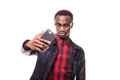 Le selfie för danande för ung man för afrikansk amerikan på vit bakgrund Arkivfoton
