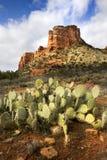 Le sentier de randonnée de Sedona Arizona mène aux formations de roche rouges étonnantes photographie stock