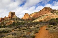Le sentier de randonnée de Sedona Arizona mène aux formations de roche rouges étonnantes Photos libres de droits
