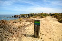 Le sentier de randonnée Rota Vicentina d'Odeceixe à Zambujeira troublent par le paysage de l'Alentejo, Portugal Photos stock