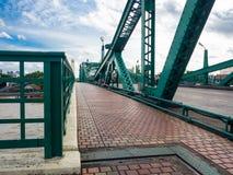 Le sentier piéton piétonnier sur le pont commémoratif est un pont en bascule au-dessus de Chao Phraya River à Bangkok photos libres de droits