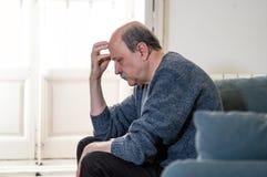 Le sentiment accablé déprimé de vieil homme a épuisé la seule et malheureuse douleur de la dépression photographie stock libre de droits