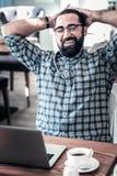 Le sentiment barbu de brun a soulagé avoir la pause-café images libres de droits