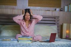 Le sentiment japonais asiatique frustré et fatigué de femme d'étudiant a accablé et a souligné préparer l'examen étudiant avec l' image stock