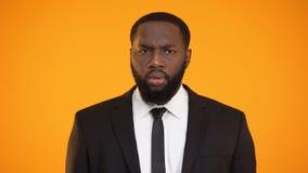 Le sentiment noir d'homme d'affaires peu disposé au sujet de l'affaire, est d'accord sur l'offre bribetaking banque de vidéos