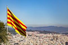 Le Senyera au-dessus de Barcelone Photographie stock libre de droits