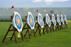 Le serie di tiro con l'arco rimuovono gli obiettivi nel campo verde Immagini Stock