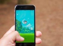 Le serrage d'un Pokemon tout en jouant Pokemon disparaissent Photo libre de droits