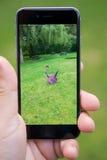 Le serrage d'un Pokemon tout en jouant Pokemon disparaissent Image libre de droits