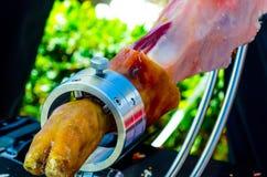 Le serrano de jamon de jambe s'est préparé au découpage en tranches, jambon espagnol traditionnel Images stock