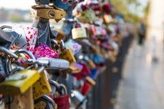 Le serrature di amore hanno appeso lungo il fiume di Pragues la Moldava - accanto a Charles Bridge - la repubblica Ceca - aprile  immagine stock libera da diritti