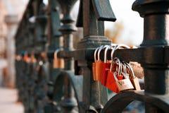 Le serrature di amore hanno appeso lungo il fiume di Pragues la Moldava - accanto a Charles Bridge - la repubblica Ceca - aprile  fotografia stock