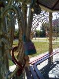 Le serrature di amore sono un simbolo della fedeltà eterna Dopo le nozze nel parco immagini stock