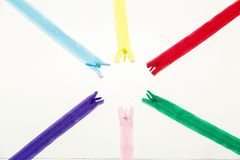 Le serrature multicolori per i vestiti si trovano sulla vista del piano d'appoggio - montaggi per cucito e le cucitrici fotografia stock libera da diritti