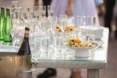 Le serveur renverse le champagne sur les verres photo libre de droits