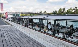 Le serveur sur le bateau de croisière de Paris parle avec le wagon-restaurant Images stock