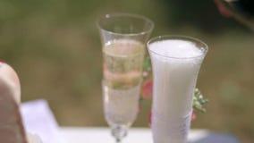Le serveur verse le champagne en épousant des verres Plan rapproché banque de vidéos