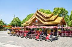 Le service à quatre roues de locations de voiture de bicyclette a prévu des touristes dans le village de nationalités de Yunnan Images libres de droits