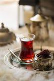 Le service à thé dans le style oriental en verre en forme de poire avec la bouilloire de vintage et les dates portent des fruits Images libres de droits