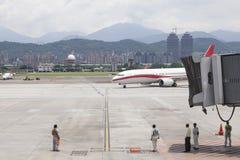Le service au sol d'aéroport attendent des avions s'approchant avec le brid de jet Photographie stock libre de droits