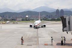 Le service au sol d'aéroport attendent des avions s'approchant avec le brid de jet Photos stock