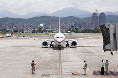 Le service au sol d'aéroport attendent des avions s'approchant avec le brid de jet Image libre de droits