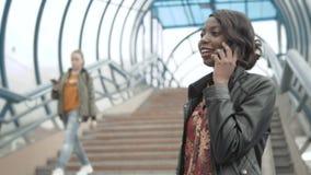 Le service de mini-messages mignon de fille d'Afro-américain au téléphone s'est occupé sur l'écran du comprimé, la femelle Afro,  banque de vidéos