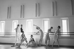 Le sette ballerine alla barra di balletto Immagine Stock