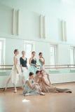 Le sette ballerine alla barra di balletto Fotografia Stock Libera da Diritti