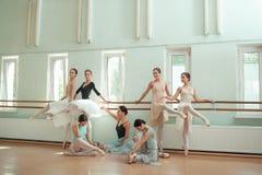 Le sette ballerine alla barra di balletto Fotografie Stock Libere da Diritti