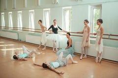 Le sette ballerine alla barra di balletto Immagine Stock Libera da Diritti
