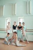 Le sette ballerine alla barra di balletto Immagini Stock Libere da Diritti